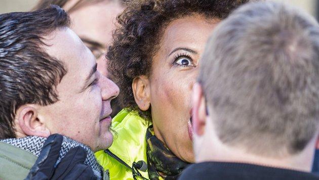 Kiesbauer reagiert professionell und lacht über den unverschämten Annäherungsversuch. (Bild: ATV/ERNST KAINERSTORFER)