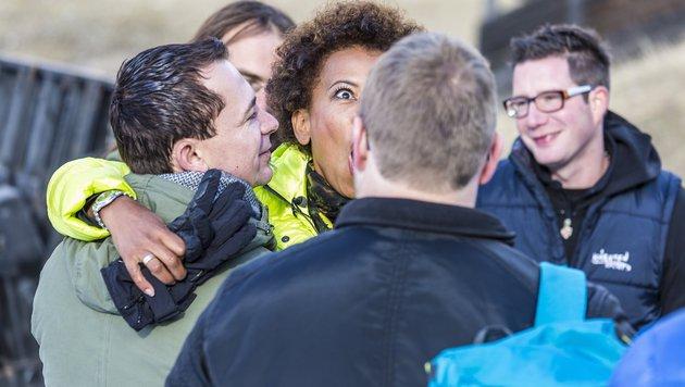 Bauer Christian fasst Arabella Kiesbauer an den Po. (Bild: ATV/ERNST KAINERSTORFER)