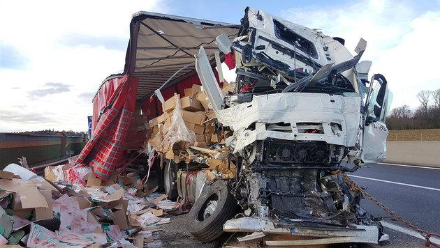 Zwei Schwerverletzte bei Lkw-Karambolage auf A1 (Bild: APA/BILDSTELLE FEUERWEHR ST. PÖLTEN)
