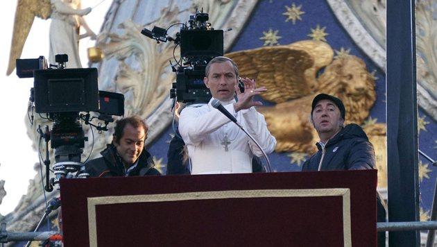 Jude Law als Papst beim Dreh in Venedig (Bild: EPA)