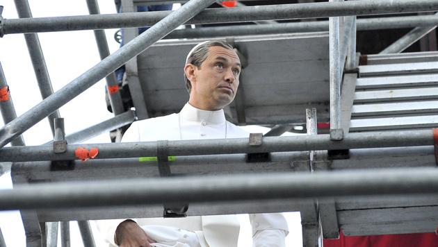 Jude Law als Papst beim Dreh in Venedig (Bild: AP)