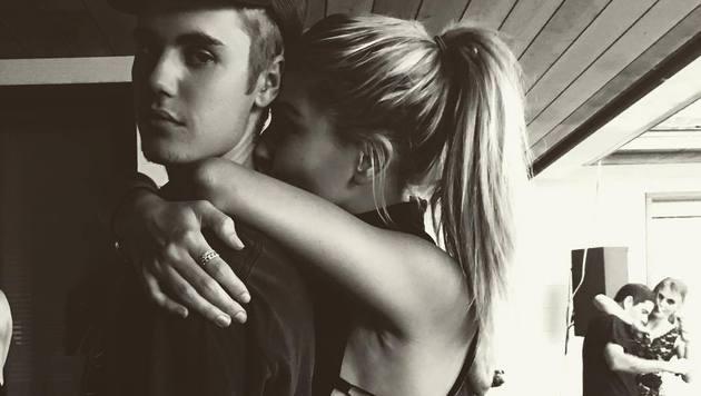 Hailey Baldwin kuschelt mit Justin Bieber (Bild: Viennareport)