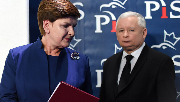 Premierministerin Beata Szydlo und der starke Mann im Hintergrund, PiS-Parteichef Jaroslaw Kaczynski (Bild: APA/AFP/Janek Skarzynski)