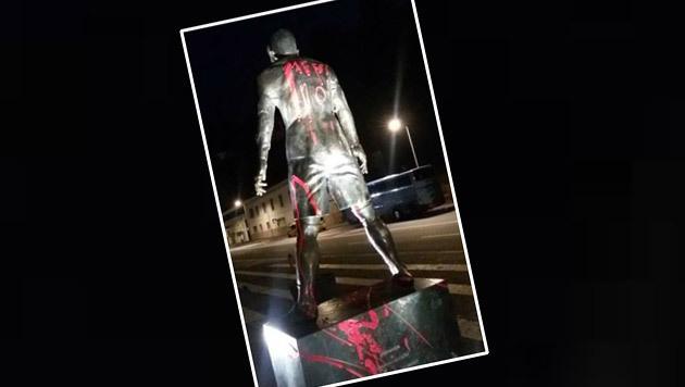 Ronaldo-Statue mit Messi-Schriftzug beschmiert (Bild: twitter.com)
