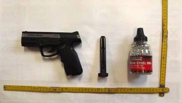 Mit dieser Gasdruckpistole schoss der 19-jährige Verdächtige auf den davonfahrenden Linienbus. (Bild: LPD WIEN)