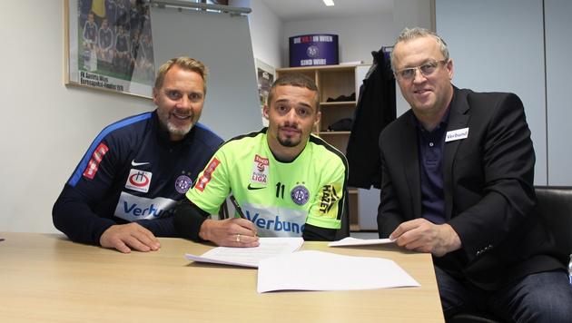 Trainer Fink, Venuto, Sportchef Wohlfahrt (v. l.) bei der Vertragsunterzeichnung (Bild: FK Austria Wien)