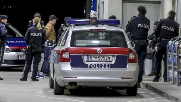 Festnahme eines mutmaßlichen Zuhälters an einer Tankstelle in der Salzburger Vogelweiderstraße (Bild: Markus Tschepp)
