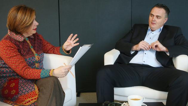 """""""Krone""""-Interviewerin Conny Bischofberger im Gespräch mit Hans Peter Doskozil (Bild: Peter Tomschi)"""