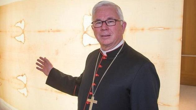 Erzbischof Lackner vor einem Negativ-Abbild: In dieses Tuch soll Jesus eingewickelt worden sein. (Bild: Franz Neumayr/MMV)