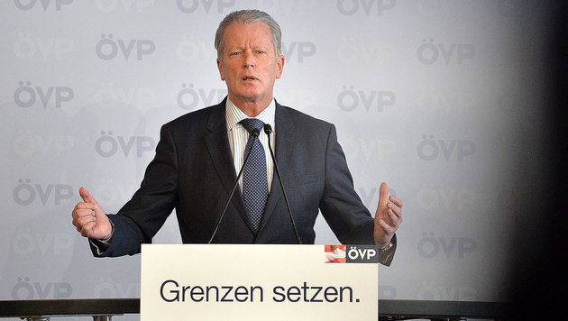 Für die Rochaden in der SPÖ-Regierungsmannschaft hat ÖVP-Chef Mitterlehner nur Spott übrig. (Bild: APA/BARBARA GINDL)