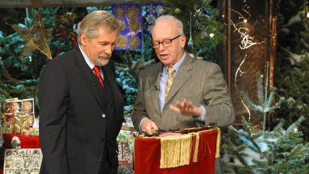 """Kurt Bergmann (rechts) mit Peter Rapp bei """"Licht ins Dunkel"""" im Jahr 2002 (Bild: APA/ORF/Johannes Cizek)"""