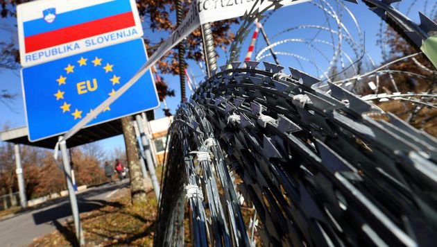 67 Flüchtlinge in Kleintransporter gepfercht (Bild: APA/AFP/STRINGER)