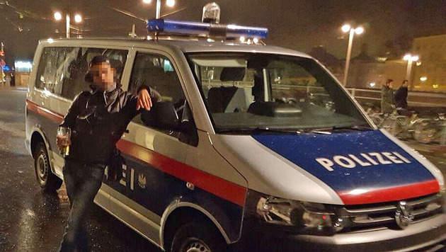 """Dreister Handydieb posiert lässig vor Polizeiauto (Bild: """"Krone"""")"""