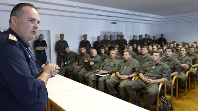 Hans Peter Doskozil während einer Schulung von Soldaten im Rahmen des Assistenzeinsatzes (Bild: APA/ROBERT JAEGER)