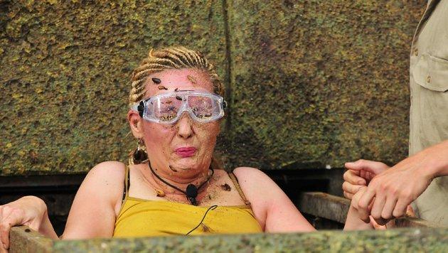 Helena Fürst steigt mit Kakerlaken und Schleim bedeckt aus dem Steinsarg. (Bild: RTL)
