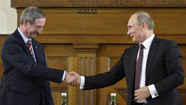 Russlands Präsident Wladimir Putin und WKÖ-Präsident Christoph Leitl in Wien (Bild: APA/HERBERT NEUBAUER)