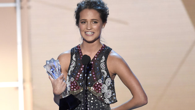 Alicia Vikander mit ihrem Critics' Choice Award (Bild: Chris Pizzello/Invision/AP)