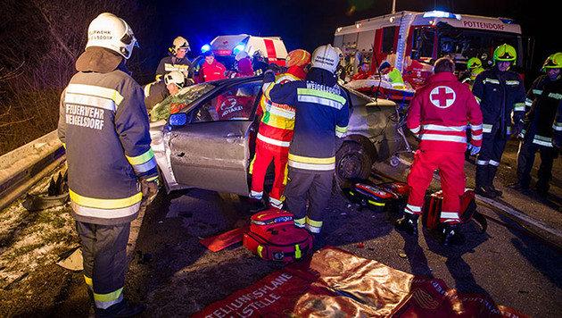 Die Rettungskräfte mussten die schwer verletzten Opfer aus dem Unfallwagen bergen. (Bild: APA/BFK BADEN/STEFAN SCHNEIDER)