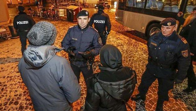Zahlreiche Personenkontrollen: Wichtig dabei ist, dass sich die Beamten gegenseitig sichern. (Bild: Markus Tschepp)