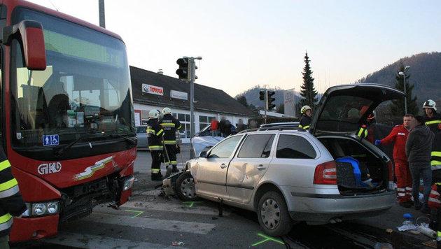 Pkw gegen Schulbus geprallt: Frau tot (Bild: APA/BFVVO/ARTUR HOLAWAT)
