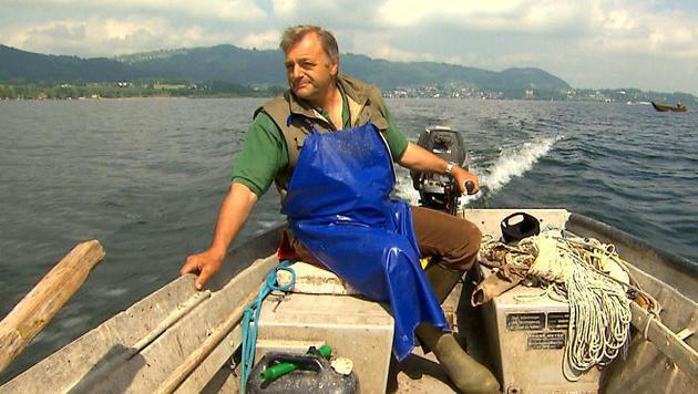 Sepp Poigner am Fischerboot (Bild: ServusTV (Archivbild))
