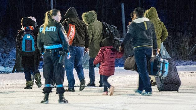 Hahn vermutet Russland hinter Flüchtlingsansturm (Bild: AFP/JONATHAN NACKSTRAND)