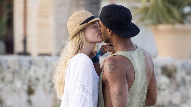 Doutzen Kroes küsst ihren Liebsten Sunnery Jones. (Bild: Viennareport)