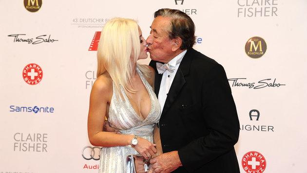 Cathy Lugner und ihr Richard küssen sich. (Bild: Viennareport)