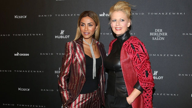Barbara Schöneberger posiert mit Rapperin Sabrina Setlur bei der Berlin Fashion Week. (Bild: APA/dpa/Jšrg Carstensen)