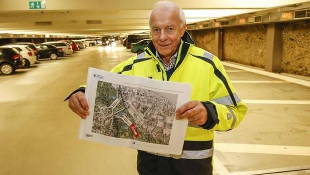 Garagen-Chef Alfred Denk zeigt die Garagen-Ausbaupläne. (Bild: Markus Tschepp)