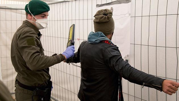 Wer keinen Asylantrag stellt, wird abgewiesen (Bild: LPD/Makowecz)