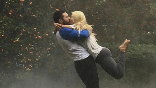 Diesen wunderschönen Kuss im Regen teilte Christina Aguilera und Matt Rutland auf Instagram. (Bild: Viennareport)