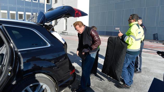 Arnold Schwarzenegger bei der Ankunft in Kitzbühel (Bild: zeitungsfoto.at/Liebl Daniel)