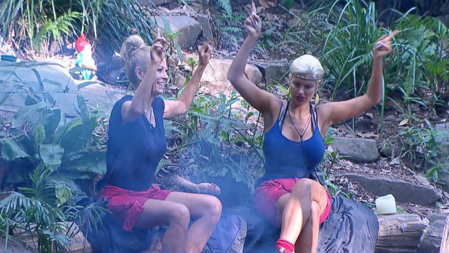 Jenny und Sophia beim Lagerfeuer (Bild: RTL)