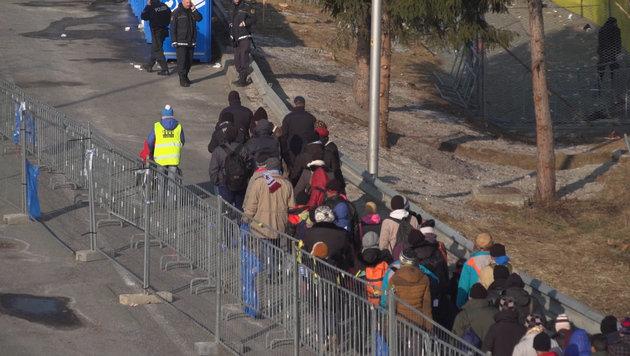 Spielfeld: So läuft das Grenzmanagement Neu (Bild: krone.tv)