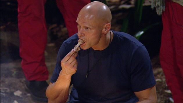 Thorsten isst den Känguruschwanz. (Bild: RTL)