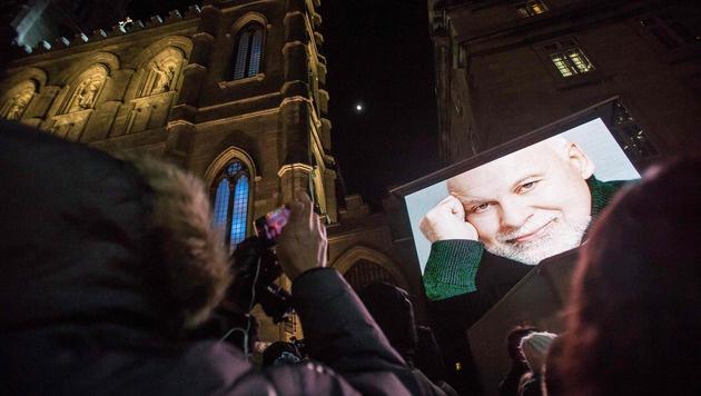 Hunderte Fans kamen, um Anteil am Tod von Rene Angelil zu nehmen. (Bild: APA/AFP/GEOFF ROBINS)