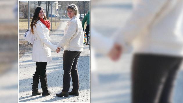 Unzertrennlich: Mutter Evelin (50) und ihre Doris (25) beim Spaziergang in Graz (Bild: Jürgen Radspieler)