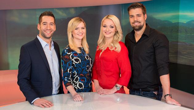 """Das Moderatoren-Team von """"Servus Krone"""", zu sehen täglich im Vorabendprogramm von Servus TV (Bild: ServusTV/Riebler)"""