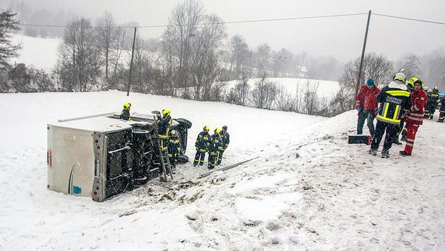Pkw und Wohnmobil auf A2 über Böschung gestürzt (Bild: APA/BFK BADEN/DANIEL WIRTH)