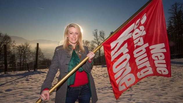 """Erstbesteigung eines Unsinns: Redakteurin Anna Dobler hisst die """"Krone""""-Flagge auf dem Gitzen. (Bild: Franz Neumayr/MMV)"""