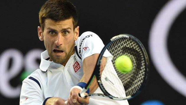 Djokovic erst im fünften Satz ins Viertelfinale (Bild: AFP)