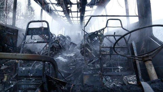 Wo kurz zuvor noch 47 Fahrgäste saßen, blieb nur mehr rauchender Schrott übrig. (Bild: Gerhard Schiel)