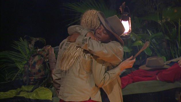 Eine Umarmung soll den Streit zwischen Ricky und Helena beilegen. (Bild: RTL)
