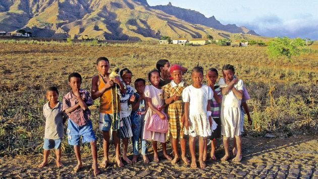Die Kinder der Insel sind immer freundlich und neugierig auf die Besucher. (Bild: mauritius images)