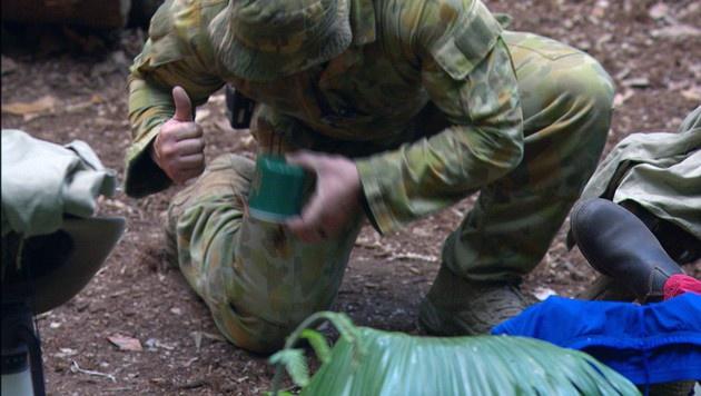 Ein Ranger geht im Camp auf Spinnenjagd. (Bild: RTL)