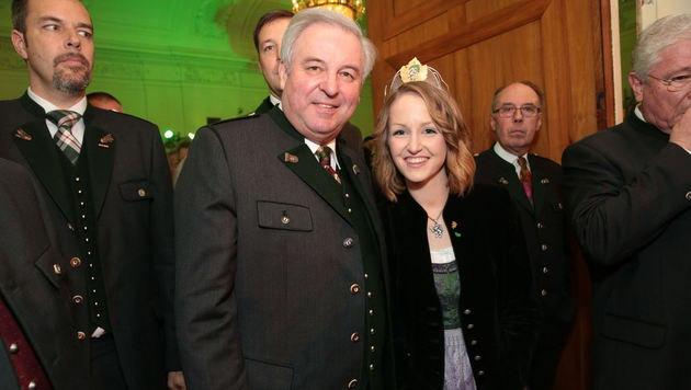 Steiermarks Landeshauptmann Hermann Schützenhöfer posiert mit der Weinkönigin für ein Foto. (Bild: Starpix/ Alexander Tuma)