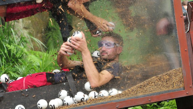 Menderes schlägt sich bei der Dschungelprüfung gut. (Bild: RTL)