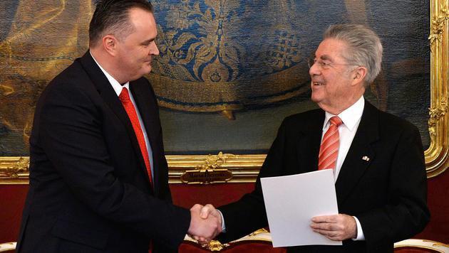 Der neue Verteidigungsminister Hans Peter Doskozil mit Heinz Fischer (Bild: APA/HERBERT PFARRHOFER)