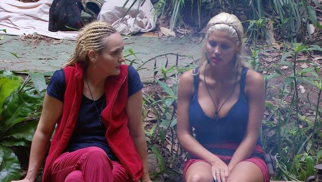 Helena und Sophia beim Lagerfeuer-Tratsch (Bild: RTL)